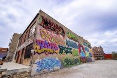Graffiti op een oud baksteengebouw stock fotografie