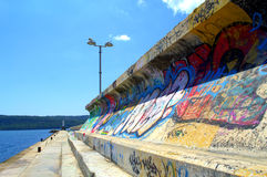 Graffiti op golfbreker stock afbeelding