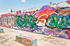 Graffiti op Mauerpark-muur in Berlijn Stock Foto's