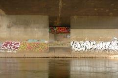Graffiti op muur onder brug in Poznan, Polen Stock Foto