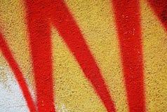 Graffiti, pittura, tonalità giallo arancione sulle vecchie pareti veneziane antiche fotografie stock