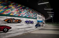 Graffiti pod General Motors budynkiem w Detroit, Michigan Zdjęcie Royalty Free