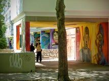 Graffiti popularny dom w Berlin twarze dzieci, Niemcy fotografia royalty free