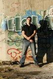 graffiti przystojni mężczyzna pozyci ściany potomstwa Obraz Royalty Free