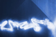 Graffiti pulvérisé sur le métal bleu Photo libre de droits