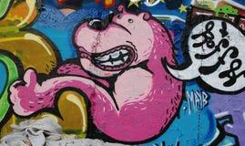 Graffiti rosa del cane su Berlin Wall fotografia stock libera da diritti