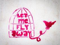 Graffiti rosa dello stampino con l'uccello che lascia una gabbia Immagine Stock Libera da Diritti