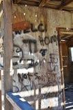 Graffiti sale dans un bâtiment abandonné Photos stock