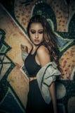 Graffiti. Schönheits-romantisches Mädchen im Freien. Schönes Jugendmodell stockbild