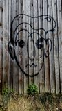 Graffiti stellen auf dem Zaun gegenüber lizenzfreies stockbild