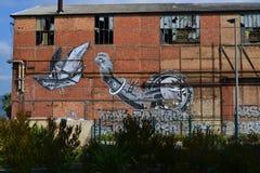 Graffiti storici suddivisi del magazzino vicino al Mediterraneo in Francia immagine stock