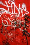 Graffiti su colore rosso, verticale fotografia stock