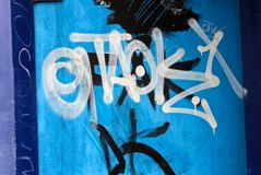 Graffiti su una parete blu Immagini Stock Libere da Diritti