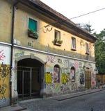 Graffiti su una parete della casa, Transferrina fotografie stock