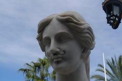 Graffiti su una statua di marmo fotografia stock