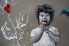 Graffiti sulla parete della casa in Hong Kong Island, bambina che mangia il gelato nella forma della rosa con il colibrì immagine stock libera da diritti