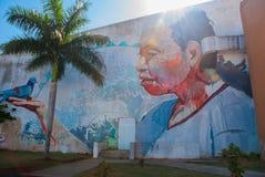 Graffiti sulla parete di una costruzione nella città Campeche, disegno un uomo sul suo mano che una colomba si siede San Francisc fotografie stock libere da diritti