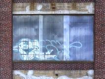 Graffiti sulle finestre di costruzione abbandonata Fotografia Stock
