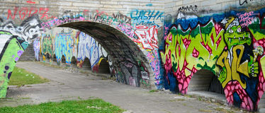Graffiti sur l'hôtel de ville abandonné construisant Tallinn, Estonie Photo libre de droits