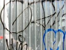 Graffiti sur la barrière en métal photographie stock libre de droits