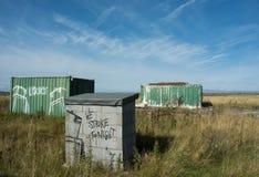 Graffiti sur la structure de parpaings sur la terre abandonnée Photo stock