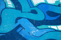Graffiti sur le fond bleu de brouillon de mur de skatepark photo stock