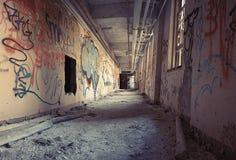Graffiti sur le mur dans le couloir Photos stock