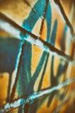 Graffiti sur le mur de briques, photo urbaine rétro photos stock
