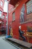 Graffiti sur le mur du pianiste de maison, saxophoniste, violoncelliste, yard rouge, Minsk, Belarus images stock