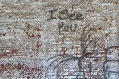 Graffiti sur le vieux mur de briques Images libres de droits