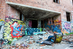 Graffiti sur les murs de l'usine abandonnée photo stock