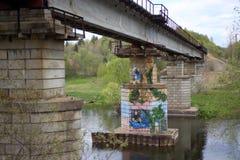 Graffiti sur les pylônes du pont négligé image libre de droits