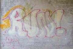 Graffiti sur un mur avec la course de mot Photos stock