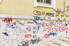 Graffiti sur une façade dans la vieille ville de Lisbonne image stock