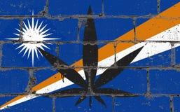 Graffiti sztuki kiści uliczny rysunek dalej matrycuje Marihuana liść na ścianie z cegieł z chorągwianymi Marshall wyspami obrazy stock