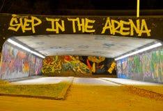 Graffiti teilen genannt den Bärkäfig in Zonen auf Stockbilder