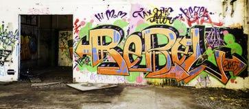Graffiti ummauern in verlassener Fabrik Stockbild