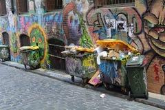 Graffiti und Abfall im Durchgang Stockfoto