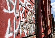 Graffiti und anderer Schaden gesehen der alten Güterwagen gelegen auf einem Abstellgleise lizenzfreie stockfotos