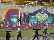 Graffiti und Leute in MedellÃn Stockfoto
