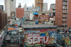 Graffiti und städtische Trockenfäule in New York City Lizenzfreies Stockbild