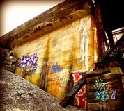 Graffiti unter Brücke lizenzfreies stockfoto