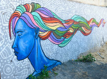 Graffiti urbain de femme bleue de portrait avec les cheveux multicolores à Tbilisi, la Géorgie Image libre de droits