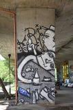 Graffiti van een mens die alcohol drinkt en kaartspel speelt, door ventilators van de voetbalclub die van Legia Warshau wordt gec stock foto