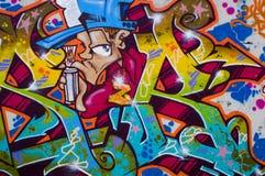 Graffiti variopinti con cielo e le nuvole fotografia stock libera da diritti