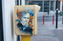 Graffiti von Charles Baudelaire auf Briefkasten Stockfotografie