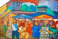 Graffiti z tłumem imigranci protestuje dla ich dóbr Fotografia Royalty Free