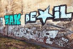 Graffiti zersplittern mit buntem Text auf alter Wand Stockfoto