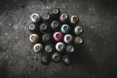 Graffitiaërosols op Vuile Vloer royalty-vrije stock fotografie
