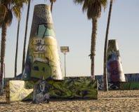 Graffitied-Wände auf Strand Lizenzfreies Stockfoto